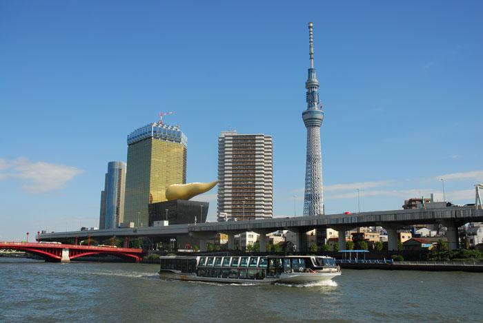 東京スカイツリーと隅田川ラインの船