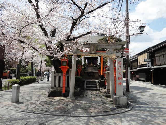 巽橋前にある辰巳大明神(写真提供:Photolibrary)