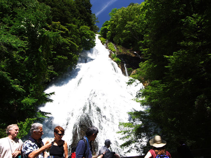 湯ノ湖から流れ出る湯滝