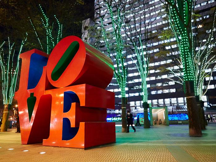 新宿アイランドタワー前にあるLOVEのオブジェ(写真提供:TCVB)