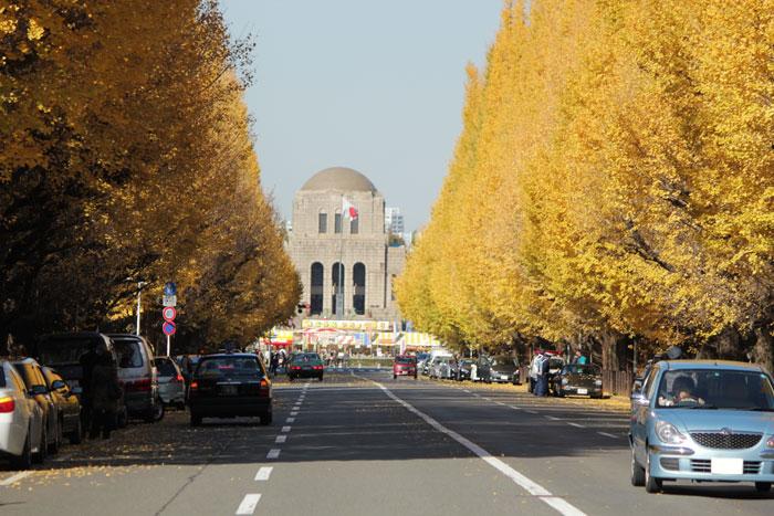 神宮外苑いちょう並木(奥に見えるのが絵画館)