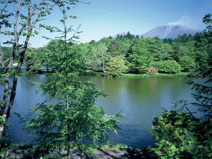 塩沢湖と浅間山(写真提供:軽井沢町役場)
