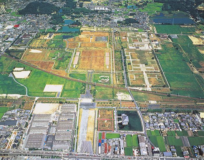 上空から見た平城宮跡 撮影は1999年12月以前(写真提供:奈良市観光協会)