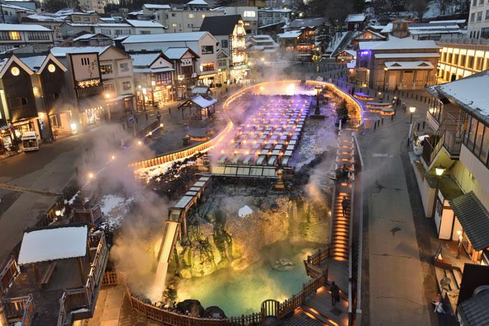 湯畑 夜のライトアップ(写真提供:草津温泉観光協会)