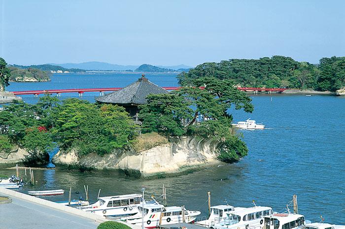 五大堂、奥に福浦橋(写真提供:宮城県観光課)
