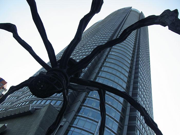 六本木ヒルズ森タワーとクモ・ママン (写真提供:TCVB)