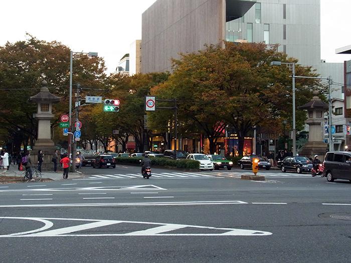 表参道交差点 石灯籠に挟まれた向かって奥が、表参道