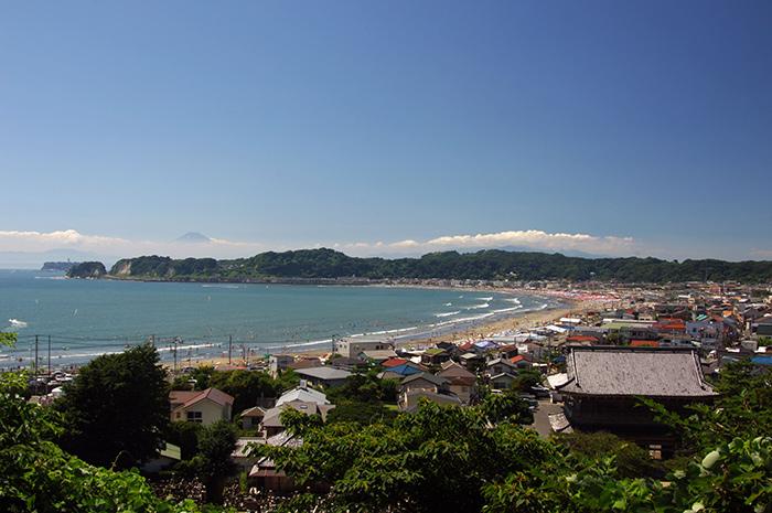 天照山から見る由比ヶ浜と富士山(写真提供:鎌倉観光協会)