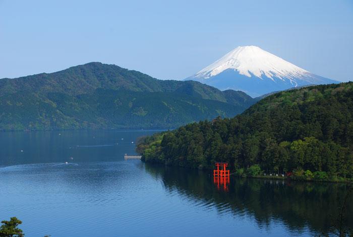 芦ノ湖と富士山 写真提供:(公社)神奈川県観光協会